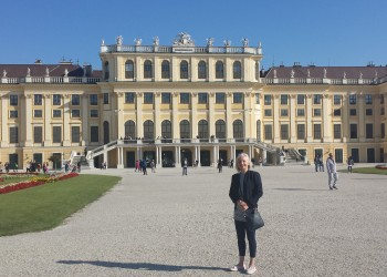 Kirsty infront of Schonnbrun Palace